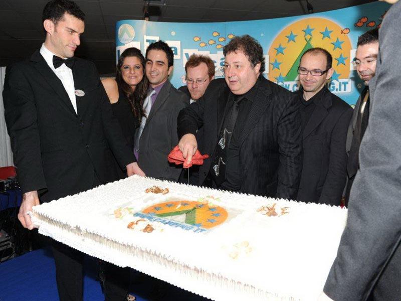 Ferdinando Iustini taglia la torta dedicata a camping.it